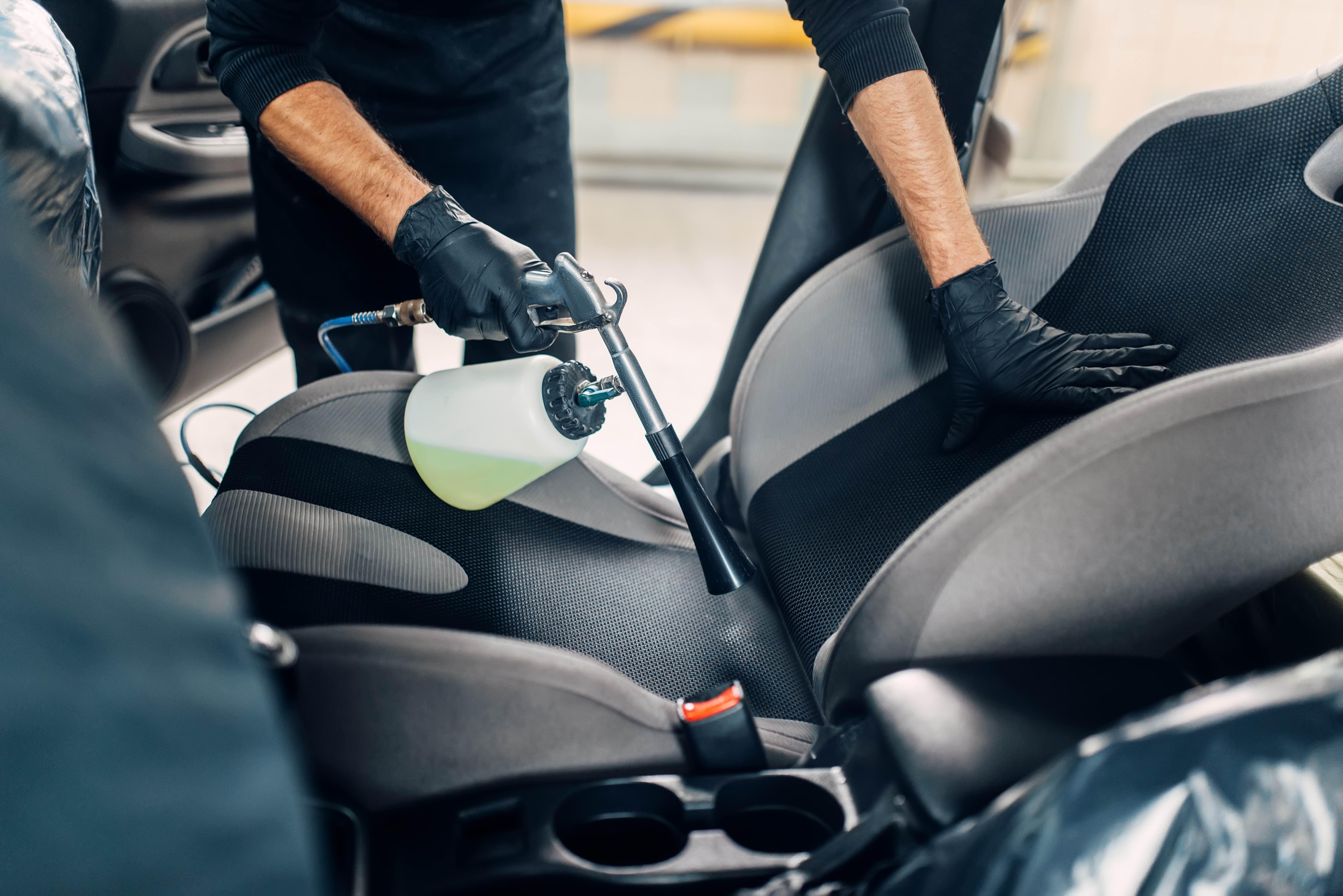Fahrzeuginnenreinigung mit desinfizierendem Dampf und Reinigungsmitteln